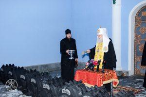 Патріарх Філарет передав калориферні печі для воїнів на передову