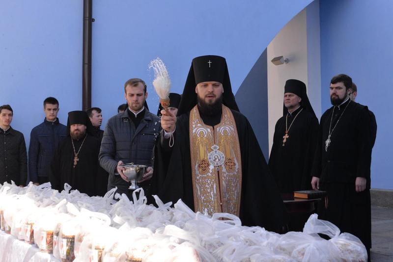 Свято-Михайлівський Золотоверхий монастир передав у зону АТО 10 000 освячених Пасок