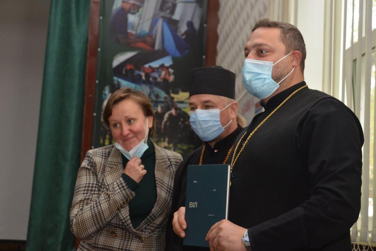 """You are currently viewing В Дніпровському військовому шпиталі презентували книгу """"ВІЛ: віра, надія, толерантність"""""""